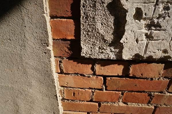 モルタルの下は煉瓦.JPG